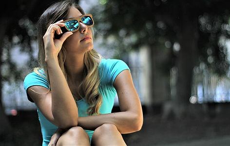 ragazza-occhiali-da-sole-in-legno-wave