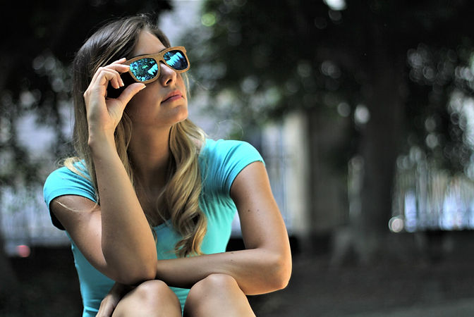 ragazza-occhiali-da-sole-in-legno-