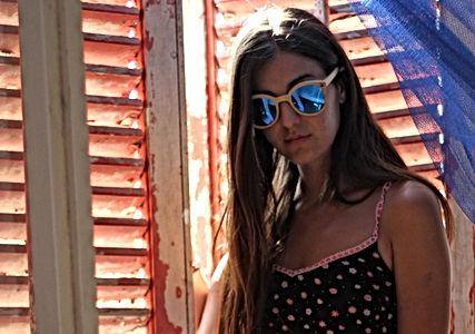 ragazza-con-occhiali-da-sole-in-legno-sun