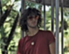 ragazzo-con-occhiali-da-sole-in-legno-