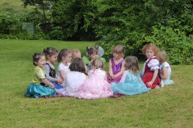 Kindertanzen im Garten