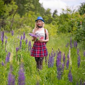 aroma-girl-field.jpg