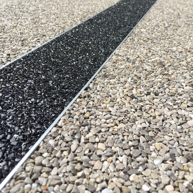 Steinteppich zweifarbig mit Schiene.jpg