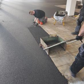 Aufziehen des Steinteppich mit einem Ver