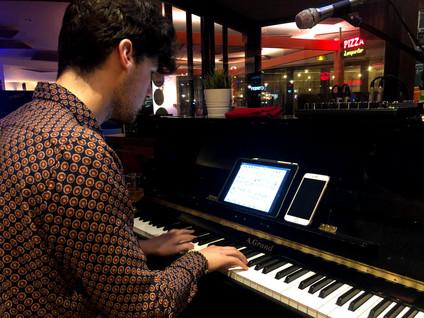 Kelvin Smith nous fait du classic sur le piano lors de la scène ouverte de la Raskette