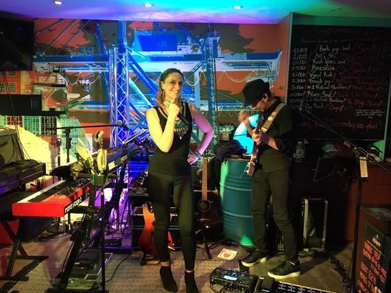Chanteuse du groupe Six All en concert au Cabaresto de la Raskette