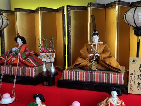 雛人形をお店に飾りました