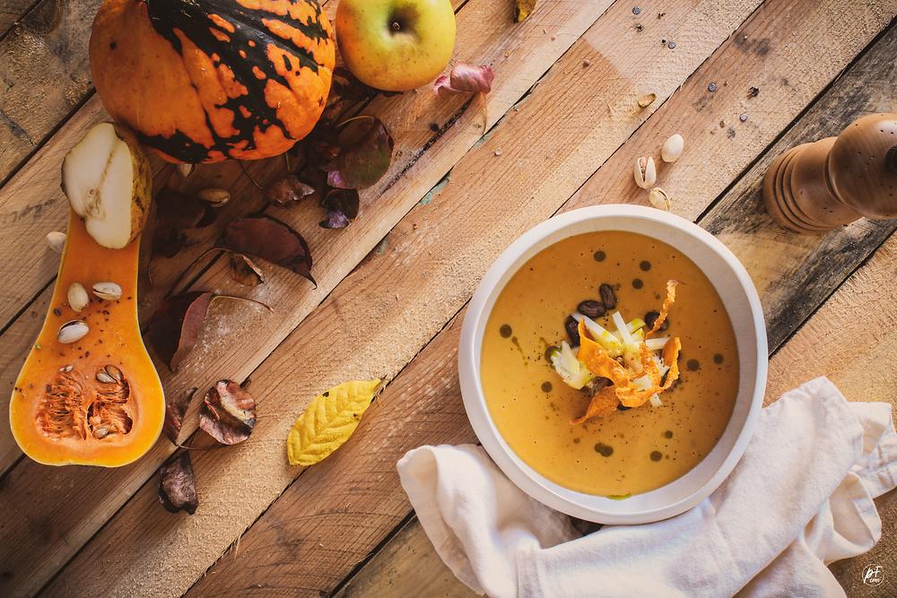 Soupe de Butternut, Mousse Mascarpone, Pistaches torréfiées, Pommes et Chips croustillantes