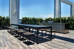 灰色塑木長桌、灰色中島椅