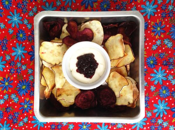Chips de batata doce com creme azedo e geleia de amora