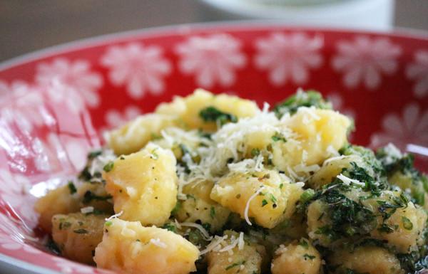 Nhoque de mandioca com manteiga de ervas