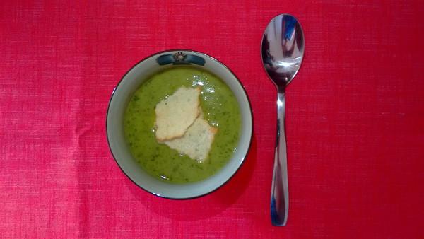 Sopa de agrião com crocante de tapioca