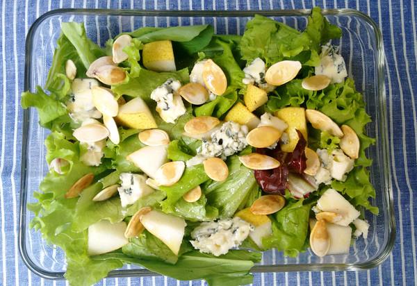 Folhas verdes com pêra e gorgonzola
