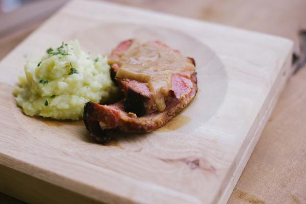Sobrepaleta de porco com purê de batata doce