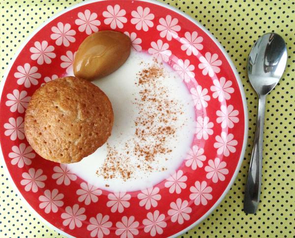 Bolinho de canela com calda de leite e doce de leite