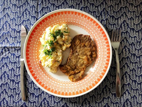 Salada de batatas com bife à milanesa