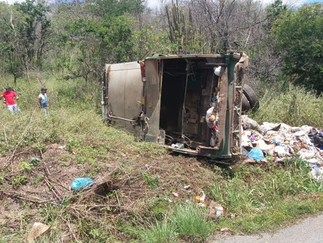 Caminhão do lixo capota na serra de Taquaritinga do Norte e deixa uma vítima fatal