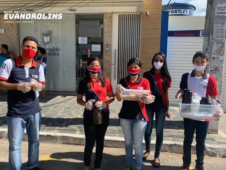 Jovens da igreja Universal distribuem café e bolacha para quem espera nas filas da Caixa em Toritama