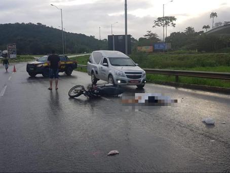 Mulher morre e homem fica ferido em acidente na BR-101, em Palmares