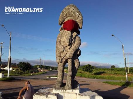 Estátua de Lampião na BR 104 ganha máscara como forma de conscientização
