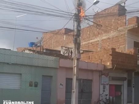 Fiação de poste pega fogo e assusta moradores da Cohab em Toritama