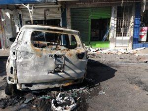 Incêndio destrói carro no Centro de Caruaru
