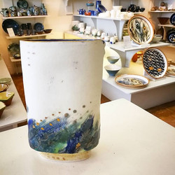 Beautiful vessel by Jane Gibson Ceramics. The cobalt blue glaze and gold lustre rim really pops!_._.