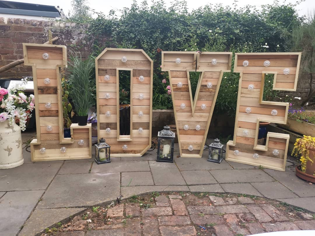 Love Sign Rustic | Chocolate Falls