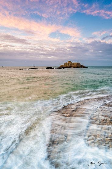 Les pavés de la ville de Saint-Malo léchés par les vagues