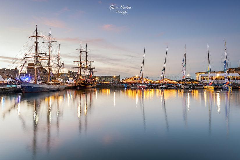 Les anciens, les plus modernes et leurs reflets dans le port