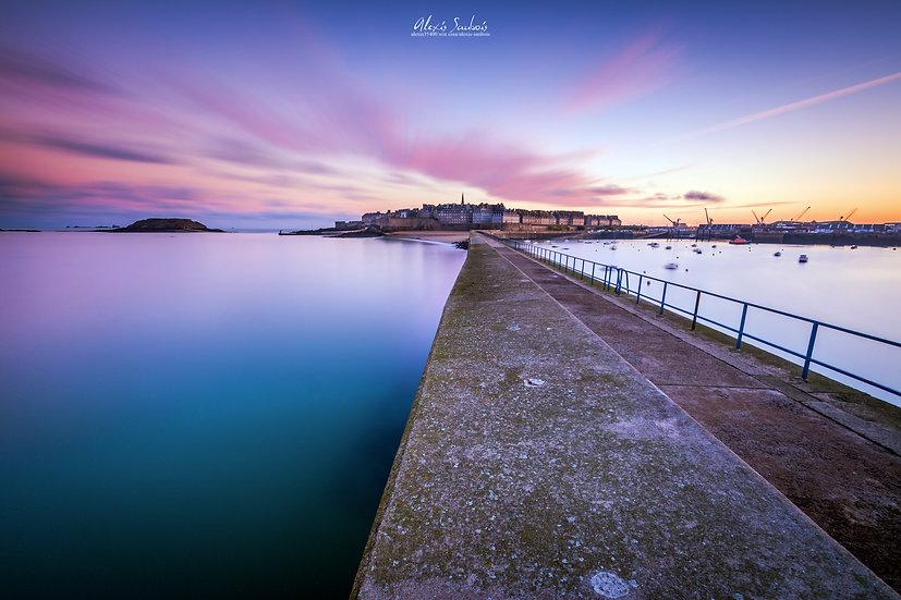 Saint-Malo depuis le môle au soleil levant