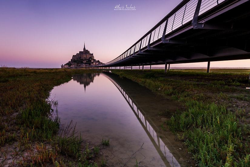 Reflet du Mont Saint-Michel et de la passerelle