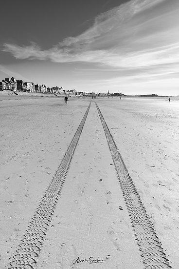 Empreintes municipale sur la plage du sillon (B&W)