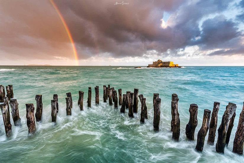 Magnifique Arc-En-Ciel sur le fort National pendant les grandes marées