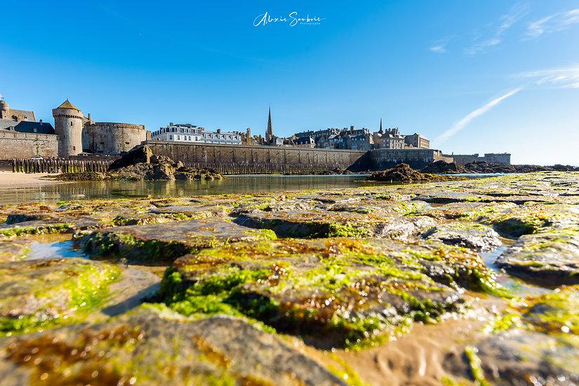 Saint-Malo depuis la piscine de l'éventail et ses pavés