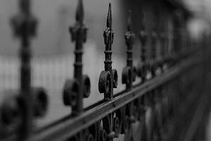 鉄のフェンスのインストール