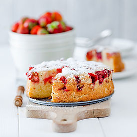 strawberry-cake-RRQ92TQ.jpg