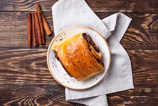 sweet-cinnamon-bun-on-wooden-table-STFPK