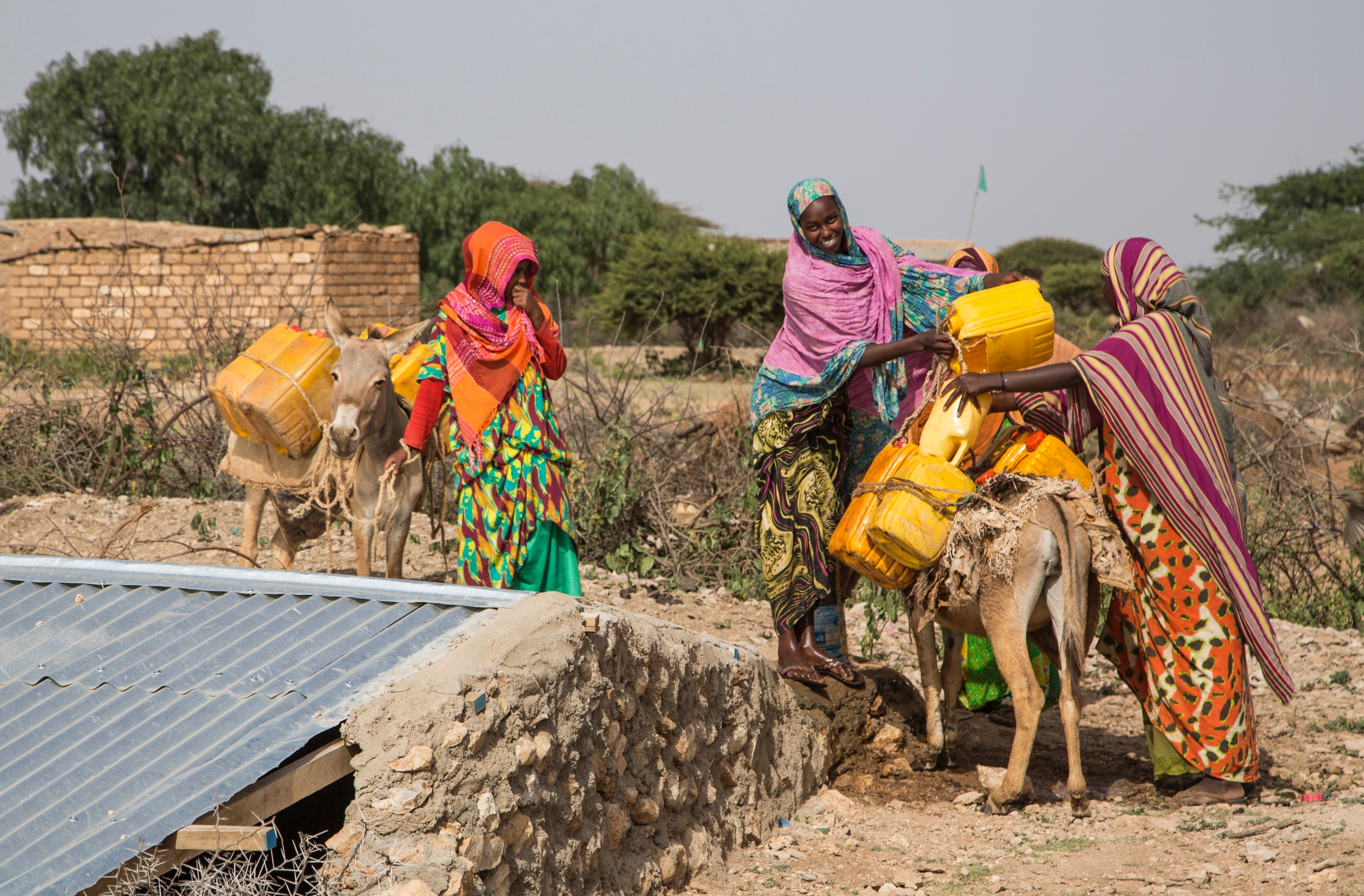 SOMALI WOMEN FETCH WATER