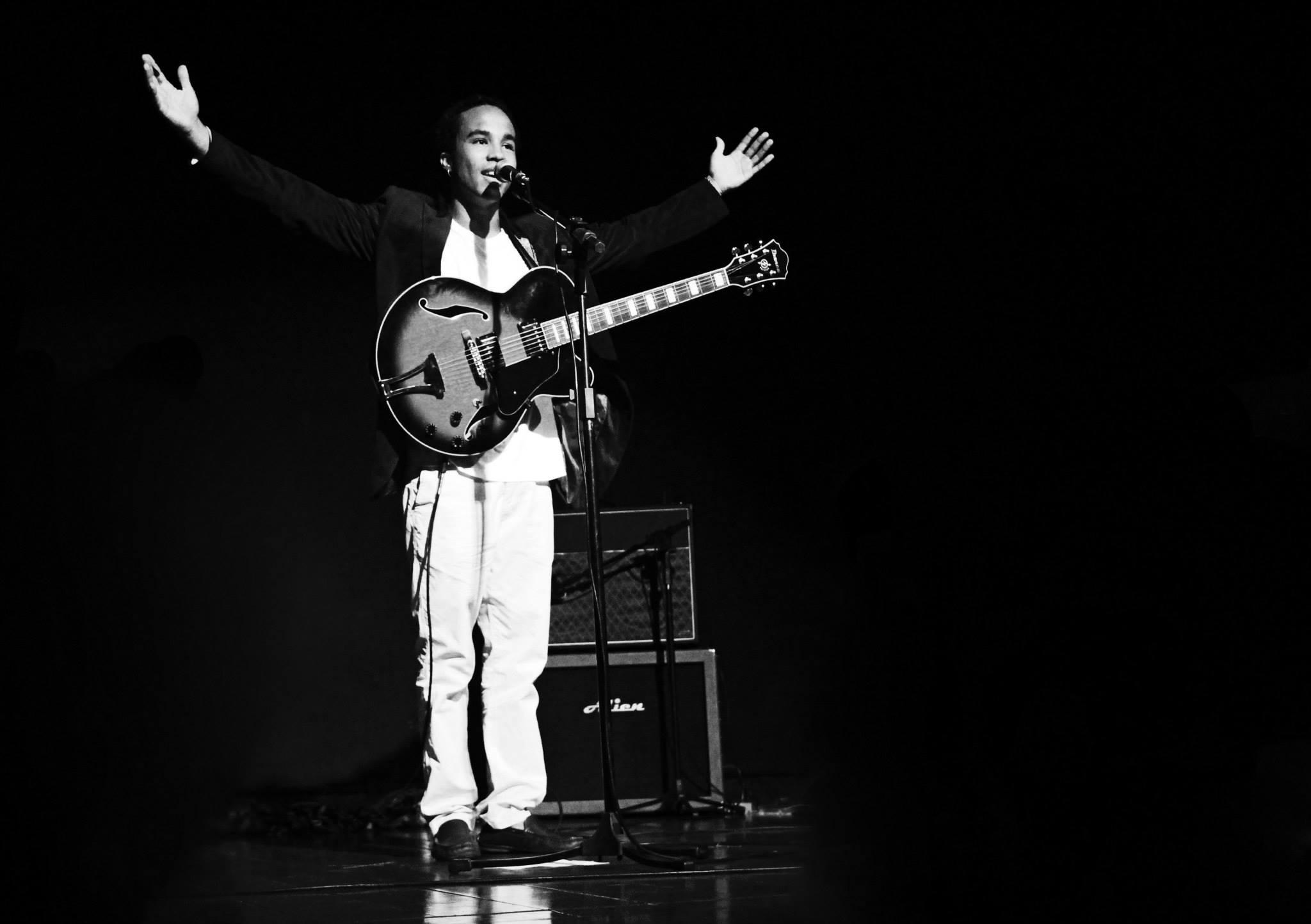 cantor Douglas Bastos