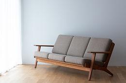 ハンス・J・ウェグナーの三人掛けソファ