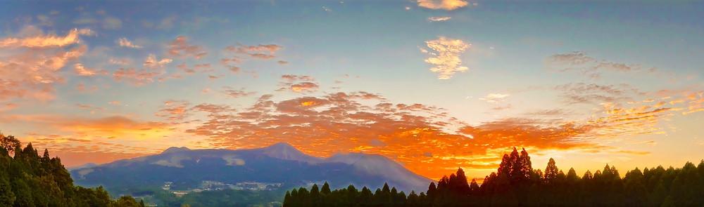 宝来宝来神社に隣接する未来樹の丘から見た阿蘇の朝焼け