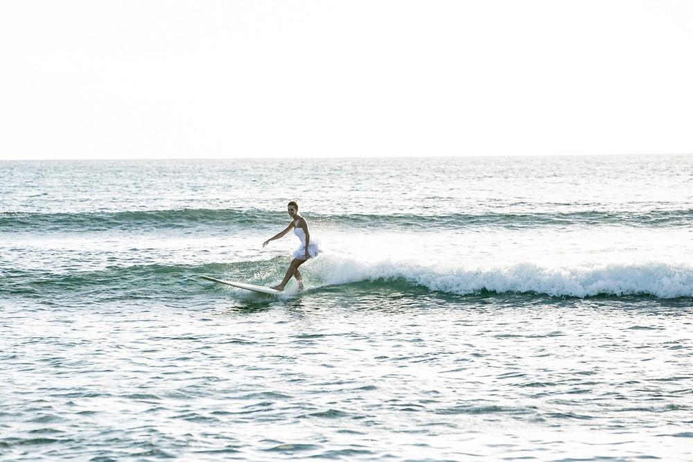 ハワイの海でドレスサーフィンなんて最高の思い出になりますよ!