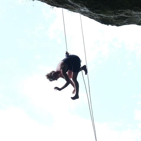 Rebekka danse verticale Dordogne .jpg