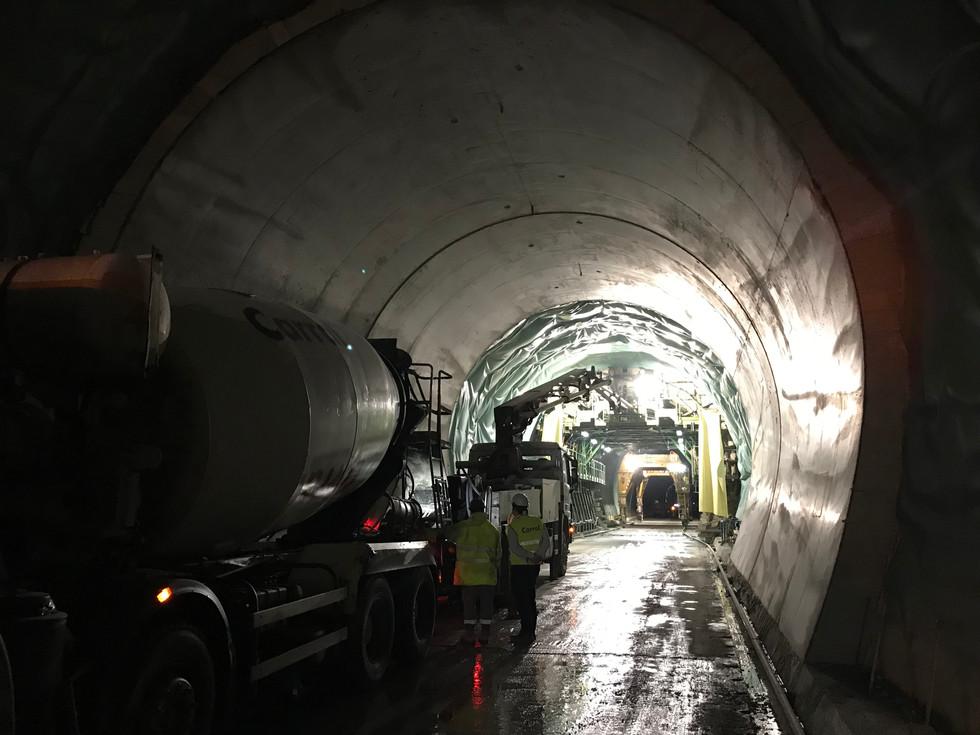 Hormigón y bombeo dentro de un túnel.