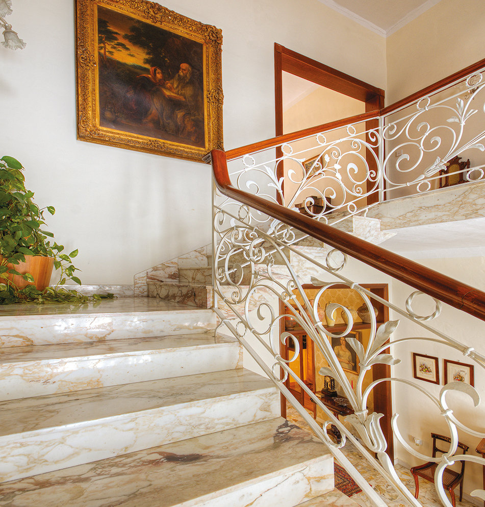The hallway is wide and light-filled and it's here that we get an immediate sense of the size of this house with each wall being 13 courses high. © Alan Carville