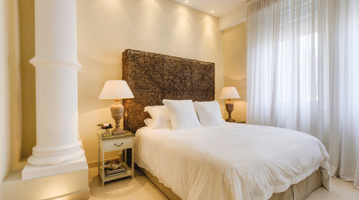 Bedroom four – Super-king sized bed with woven headboard concealing lighting. © Alan Carville