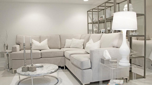Different tones of white, natural materials and metals create warmth and life in the space.