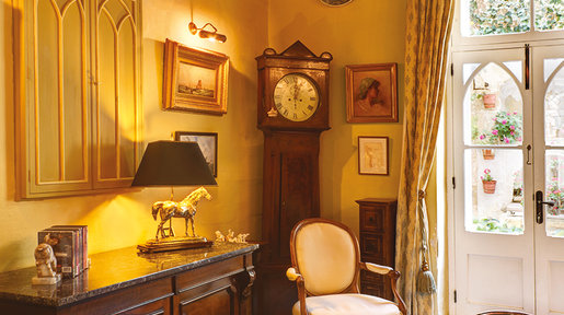 The Sitting Room has a comfortable and elegant ambiance making it a pleasurable retreat in the hot summer months and cosy in winter. © Alan Carville