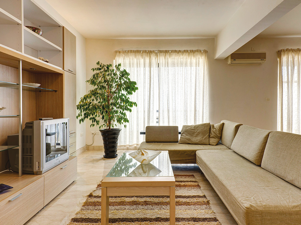 The wall unit again continues with the neutral theme with its light wood colour and use of tempered glass that is again reflected in the coffee table. © Alan Carville